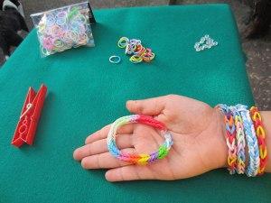 Como hacer pulseras con gomas 2