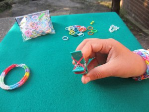 Como hacer pulseras con gomas 4