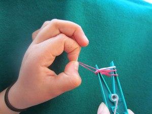 Como hacer pulseras con gomas 6