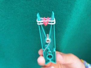 Como hacer pulseras con gomas 8
